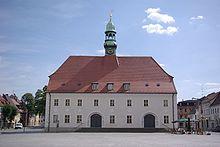 Das historische Rathaus mit Marktplatz in Finsterwalde